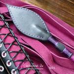 Cravache-cuir-bdsm-caresse-de-cuir-violet-noir-3