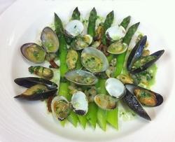 asperges-vertes-francaises-et-coquillages-en-mariniere (1)