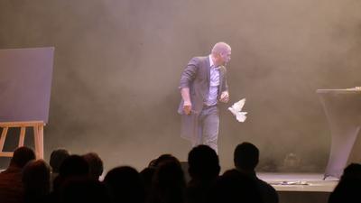 apparition-colombe-magie-scene-jeremy-bracco