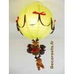 lampe montgolfière enfant bébé dans la forêt un grand cerf thème vert rouge marron chocolat  allumée