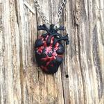 Gothique-D-anatomie-Cardiaque-collier-Noir-et-Rouge-Sanglant-Coeur-Anatomique-Pendentif-Collier-Amour-Horreur-Alterantive