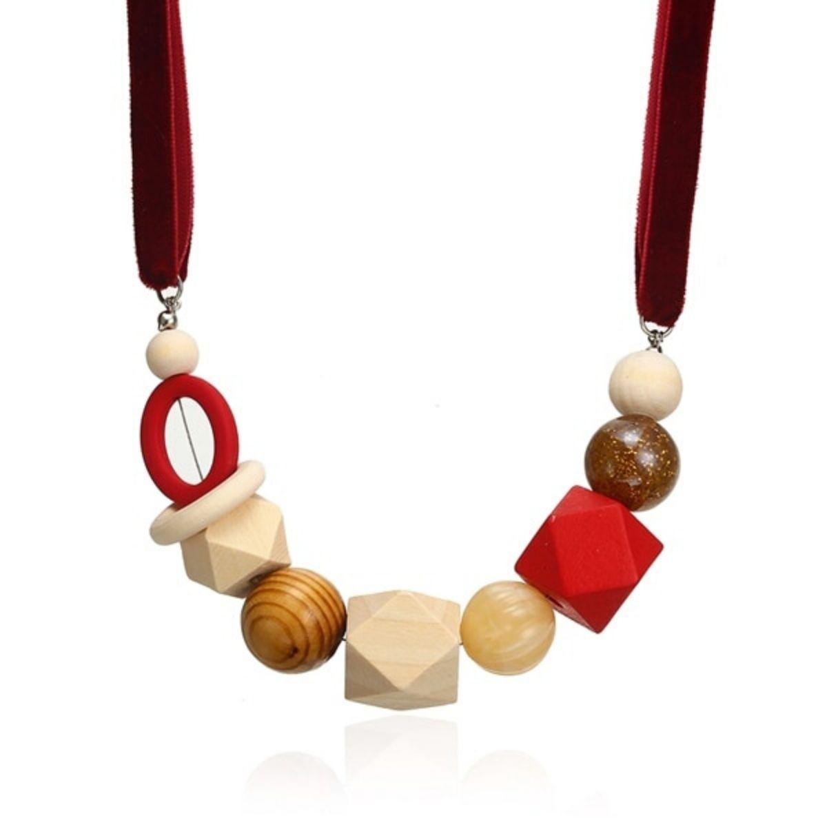 Collier tissus et pendentifs multiformes en bois et résine.