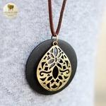 Collier long et pendentif bois de santal fleur (5)