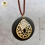 Collier long et pendentif bois de santal fleur (4)
