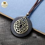 Collier long et pendentif bois de santal fleur (1)