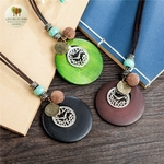 Collier long et pendentif en bois horloge (8)