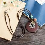 Collier long et pendentif en bois horloge (2)