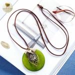 Collier long pendentif bois coeur et feuille (7)