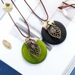 Collier long pendentif bois coeur et feuille (4)
