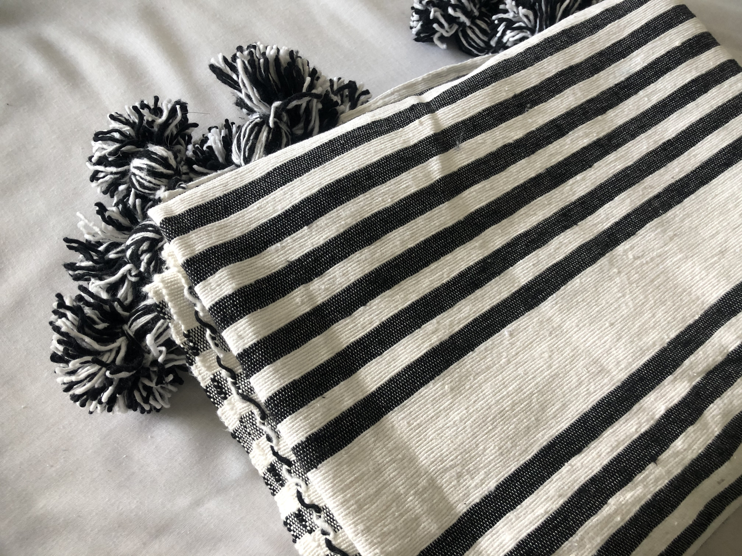 Plaid Anthracite & Blanc pompons mixtes - Extra Large - 3 x 2 m