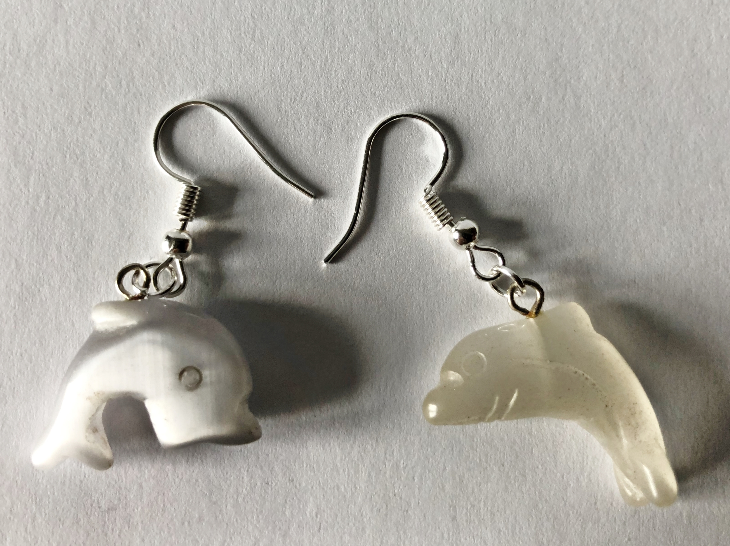 Boucles d\'oreilles dauphin oeil de chat blanc - Angel shop