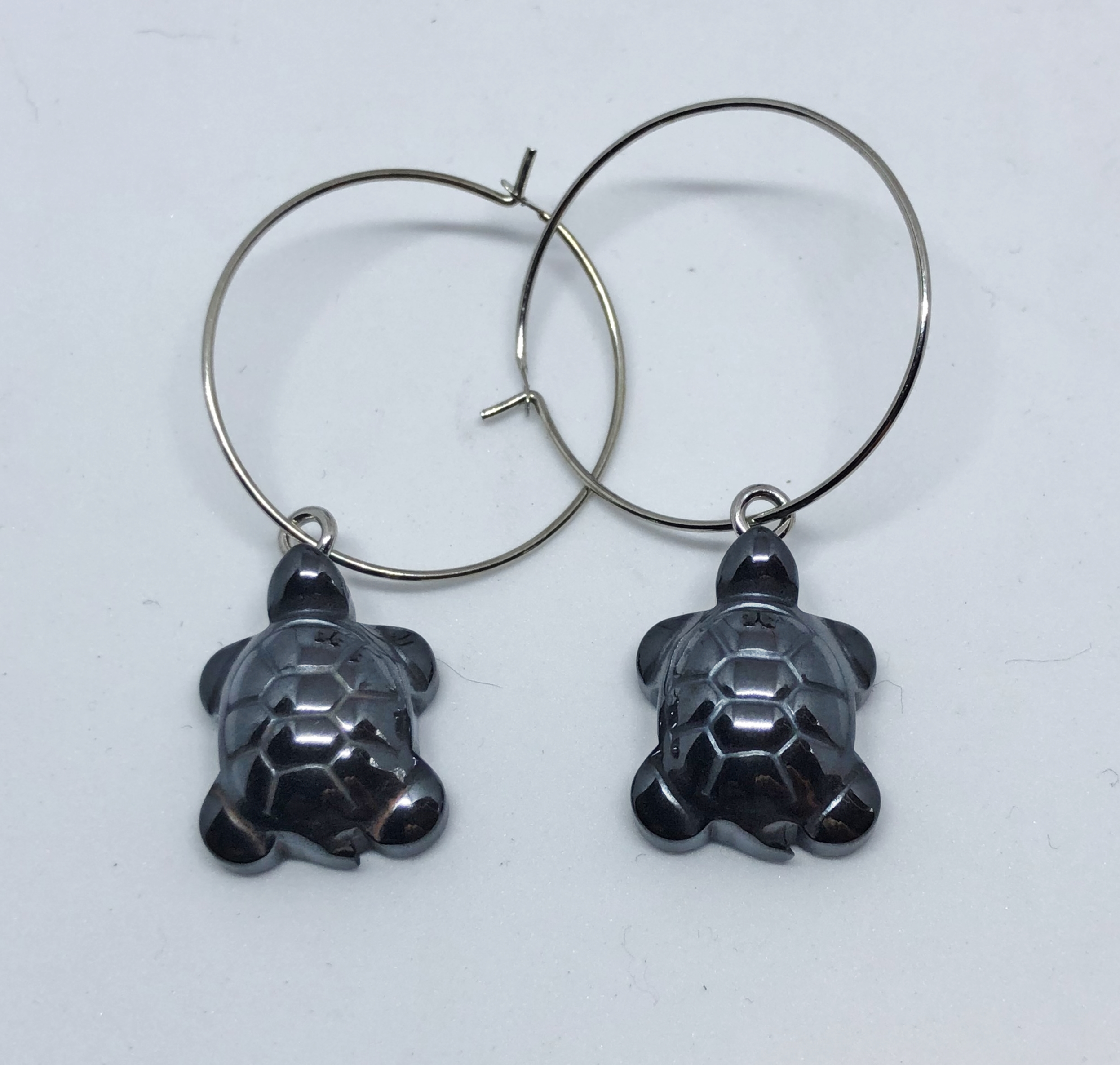 Boucles d\'oreilles créoles tortues hematite magnetique - Angel shop