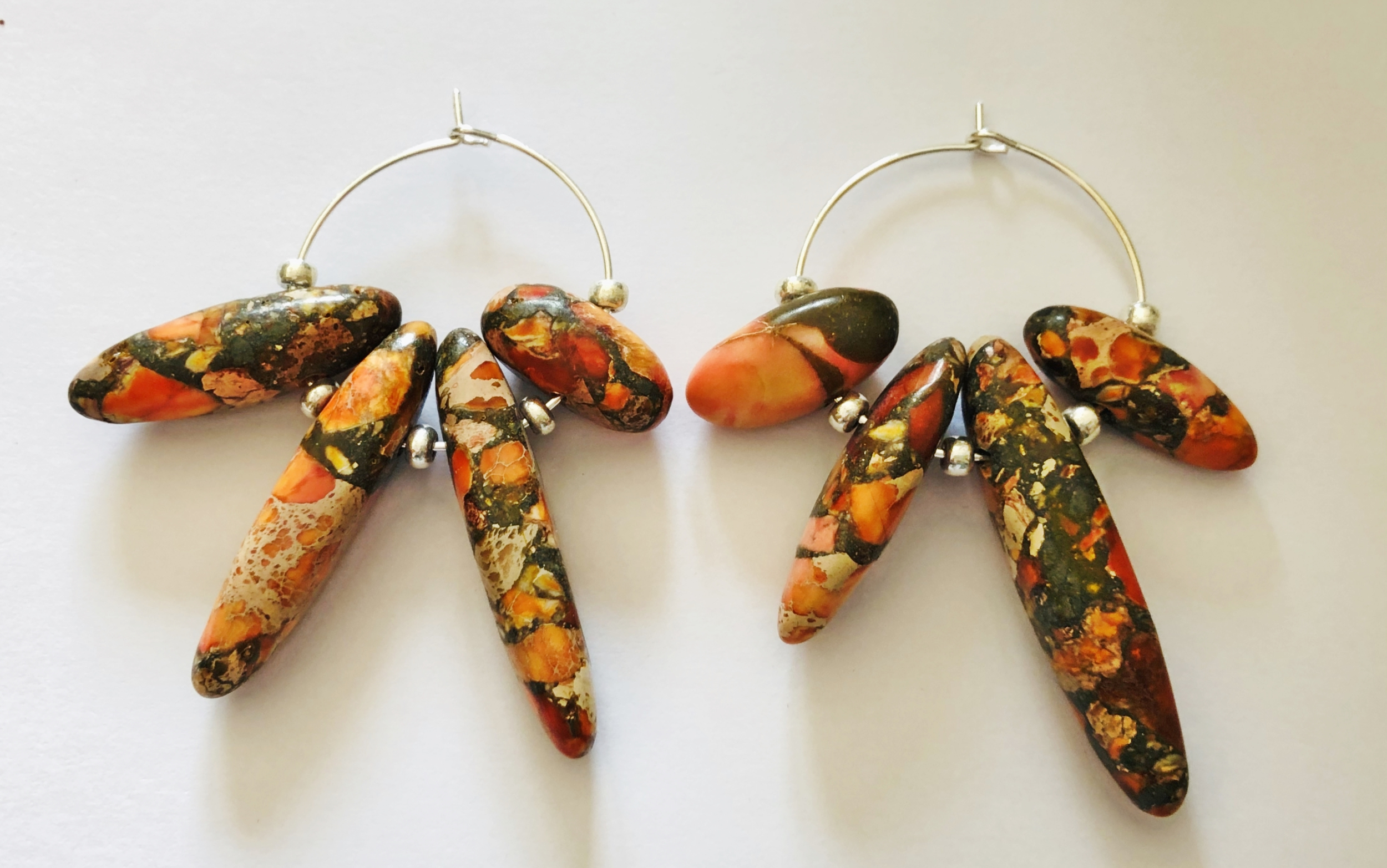 Boucles d\'oreilles jaspe de sédiments marins orange forme baguettes créoles - Angel shop