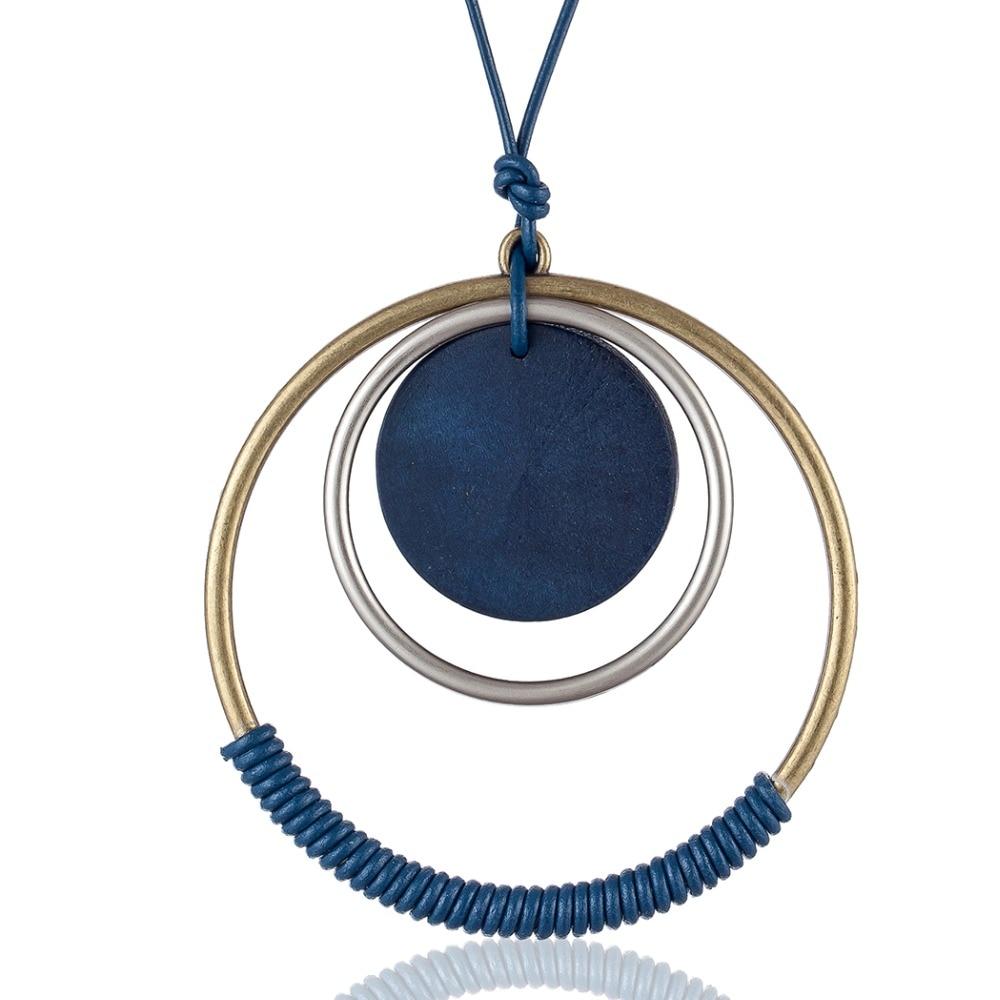 pendentif bleu avec cercles en bois et métal