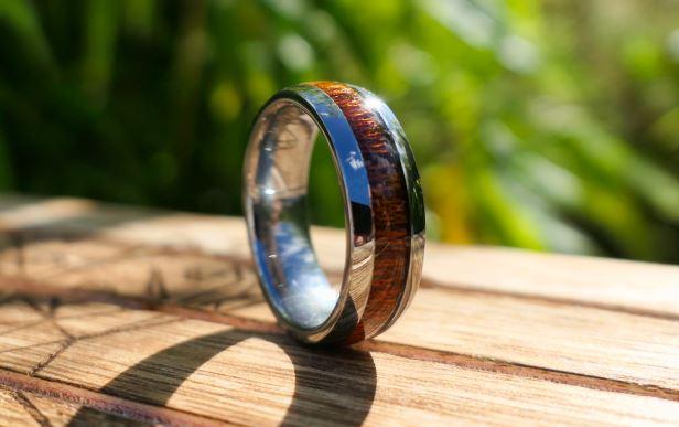 Alliance en bois et bague en bois brut titane tungstene