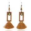 boucles d'oreilles pendantes en bois avec ponpom marron