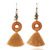 boucles d'oreilles pendantes en bois avec pompon marron