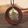 sautoir avec pendentif en bois et en métal
