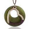 collier coeur en bois et métal vert