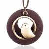 long collier femme avec pendentif en bois et colibri