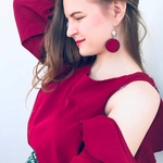 femme avec boucles doreilles pendantes en bois rose
