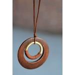 sautoir avec pendentif en bois et métal marron