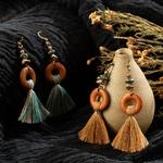 boucles doreilles pendantes en bois avec ponpom