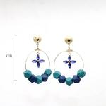 boucles doreilles créoles bleus en bois avec fleur