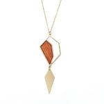 Long collier avec pendentif en bois et plaqué or
