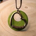 Collier long pendentif coeur et disque bois