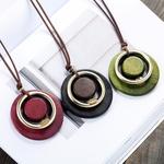 sautoir avec pendentif cercles en bois et métal