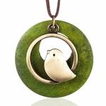 long collier femme avec pendentif en bois et oiseau vert