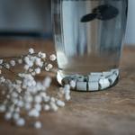perles en céramique au fond d'une carafe d'eau