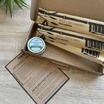 box avec brosses à dents bambou et dentifrice solide menthe