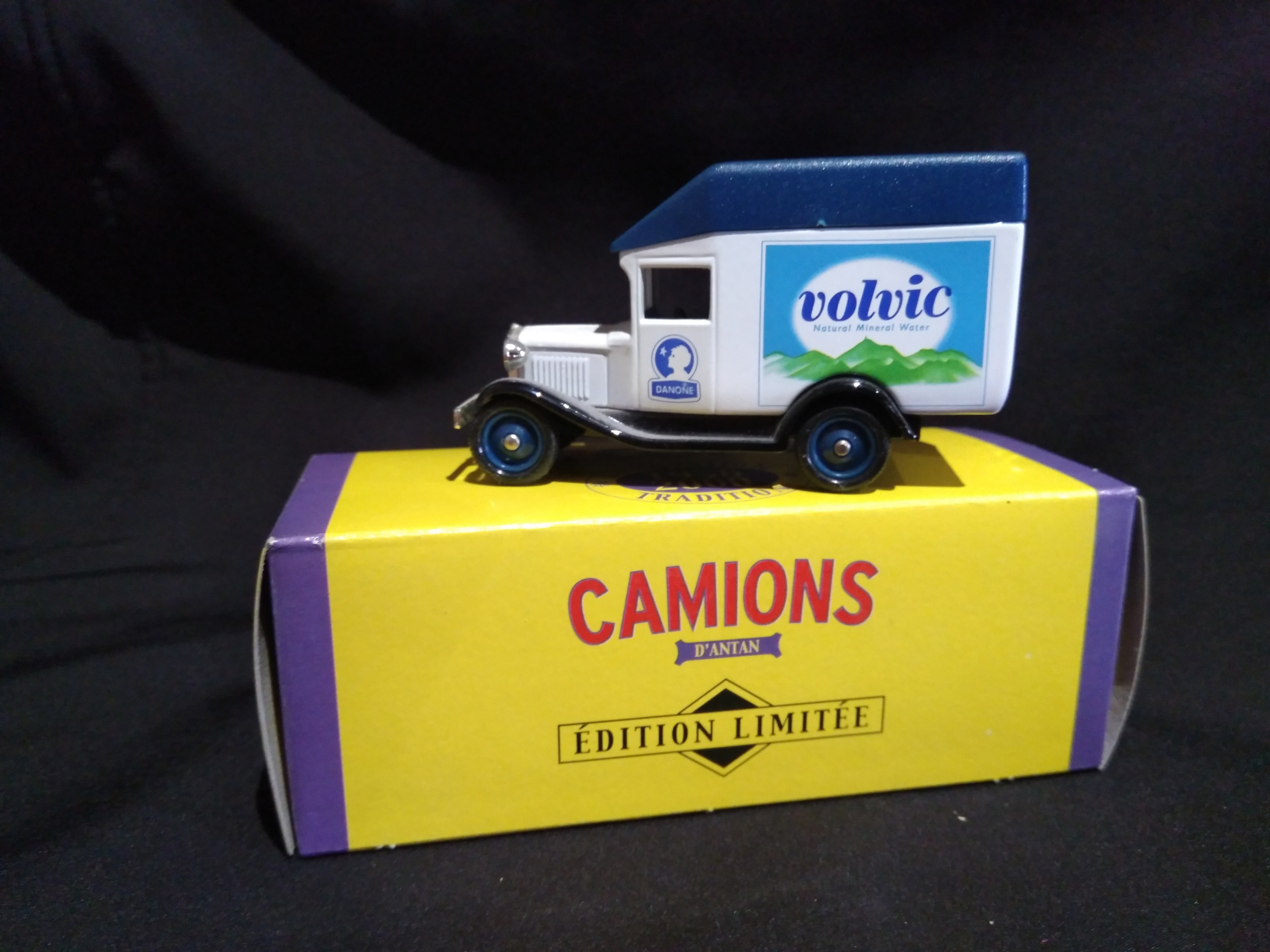 Camionnette publicitaire Ford A luton roof Volvic