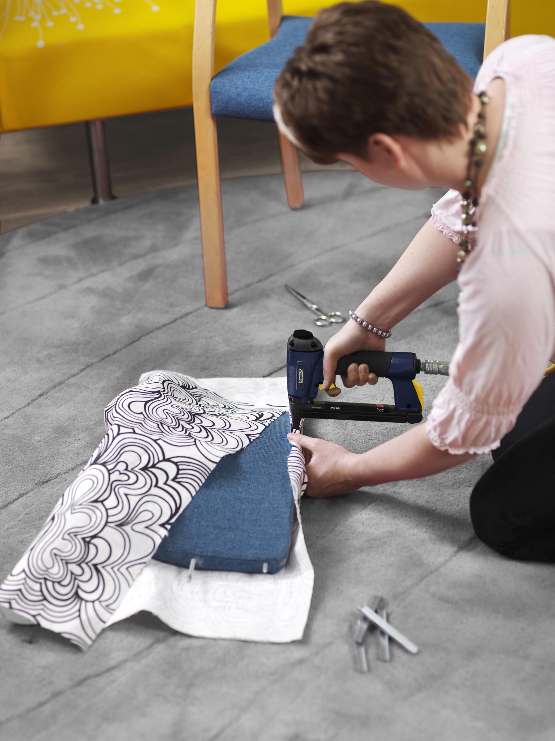 agrafeuse pour changer le tissu d'une chaise longue