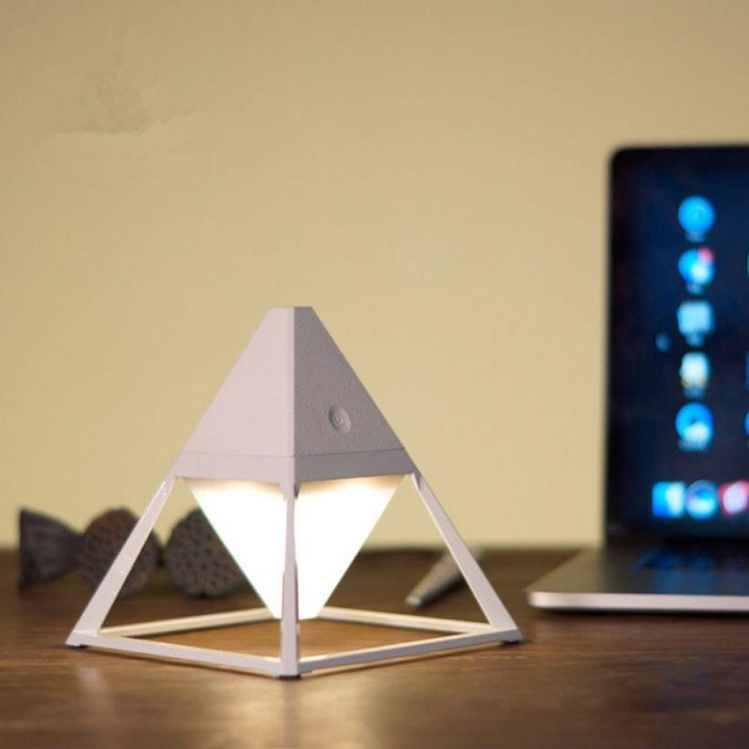 lampe-led- de bureau sans-fil-pyramide-blanche vendue sur deco-lumineuse.fr