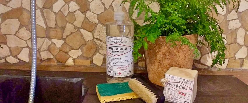 CHEZ UGO ET LEA maison et décoration le mas du roseau savon de marseille savon liquide brosse nettoyage