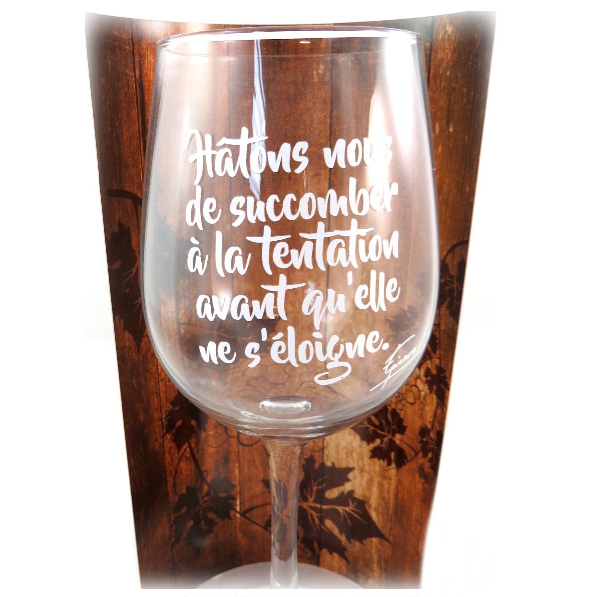 Verre à vin humoristique \'Messages\' (Hâtons nous de Succomber a la Tentation avant qu\'elle ne s\'éloigne - Epicure) - 23x95 cm - [P9898]