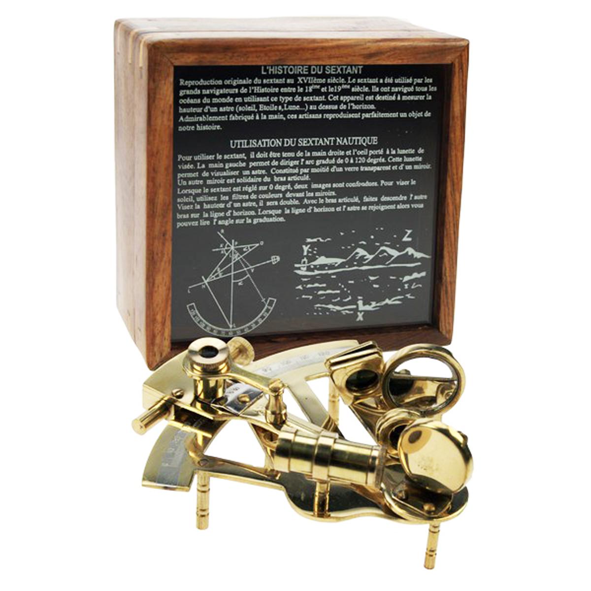 Reproduction \'Sextant\' doré dans boite bois - 15x16x9 cm - [Q8251]