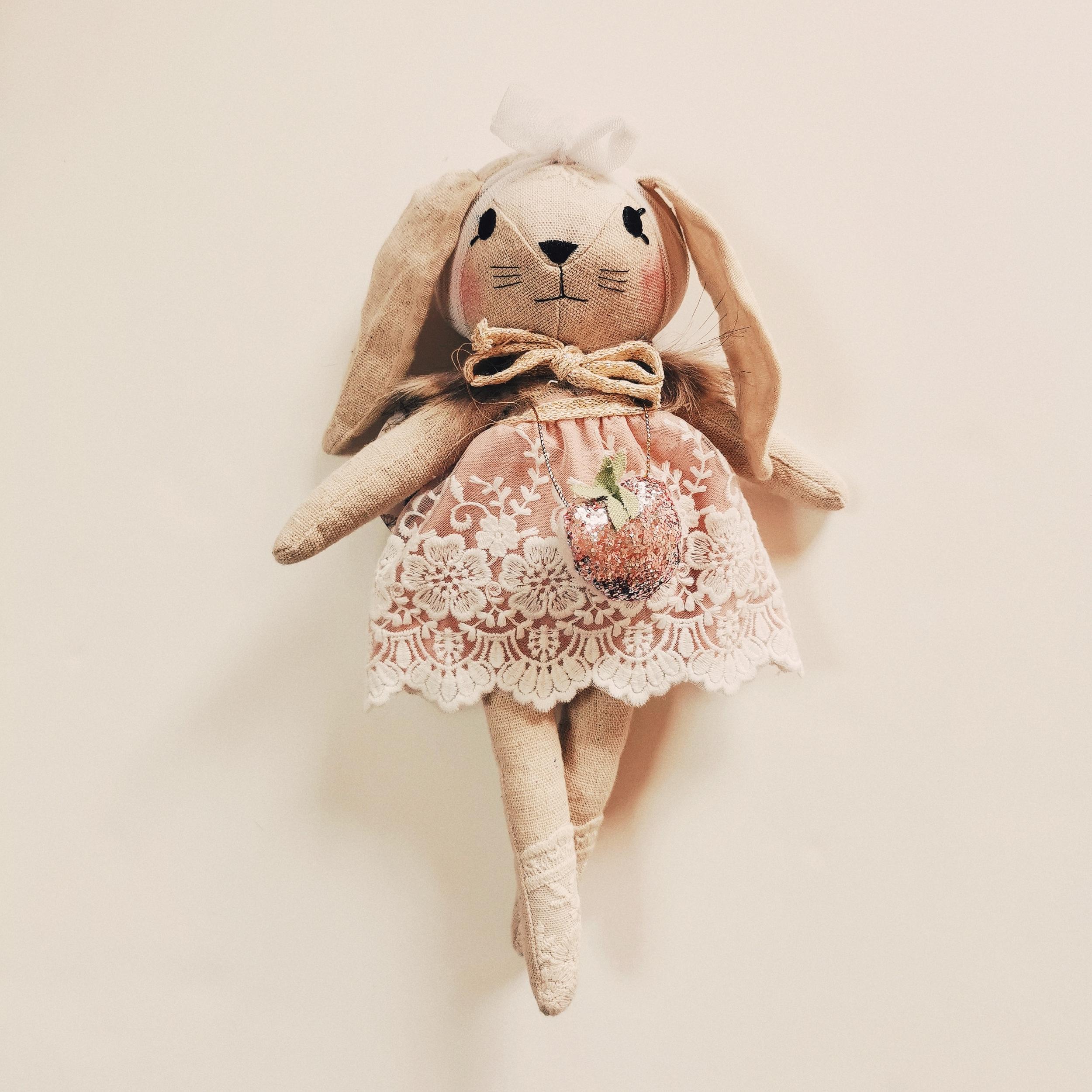 Poupée doudou lapin en robe dentelle mauve