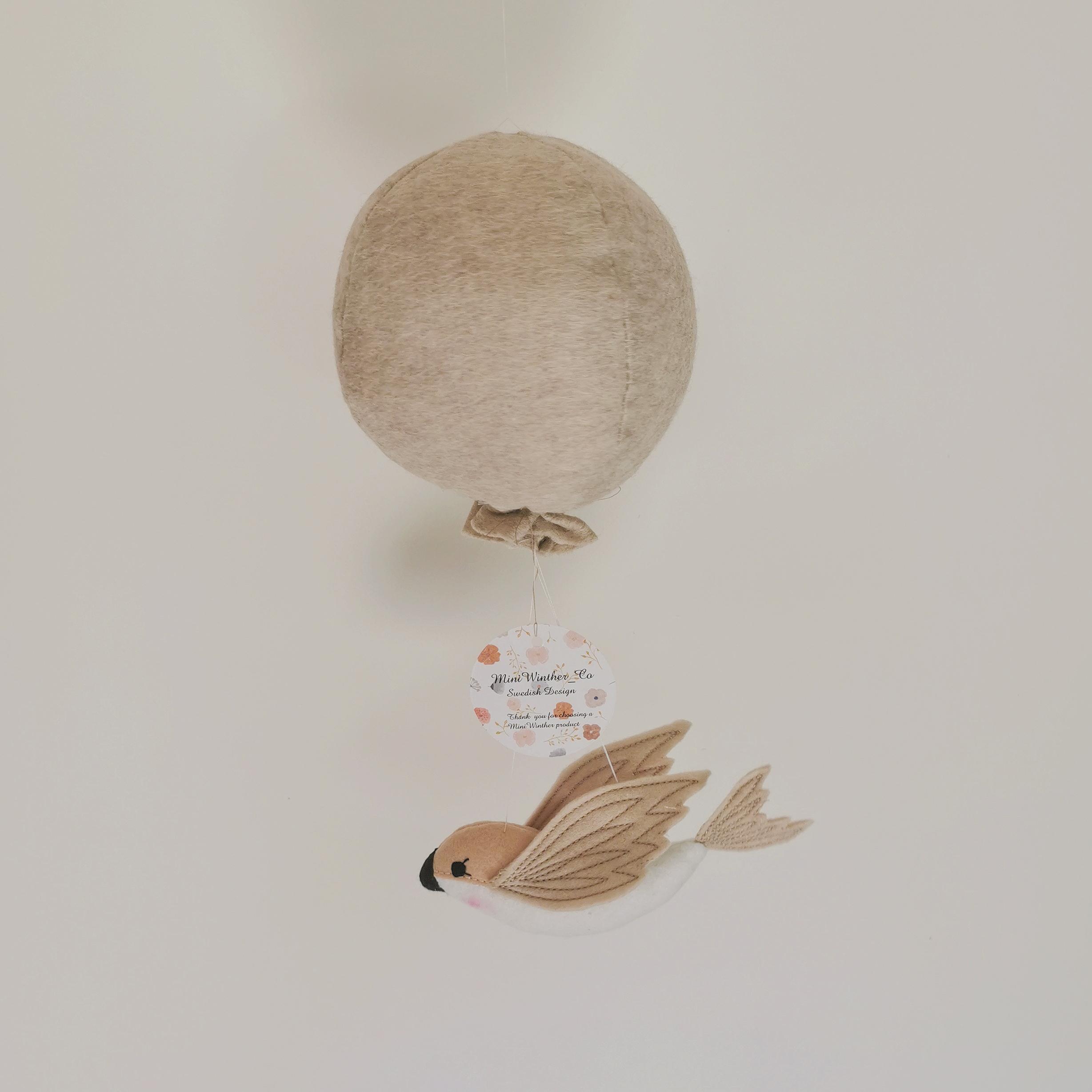 Mobile d\'éveil bébé couleur naturelle : oiseau et ballon