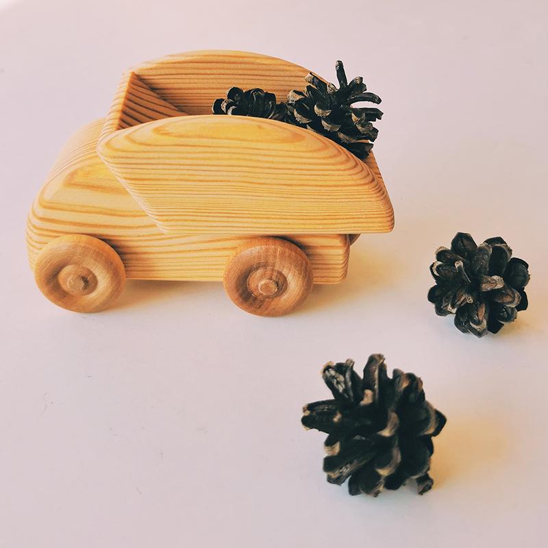 petit camion en bois naturel