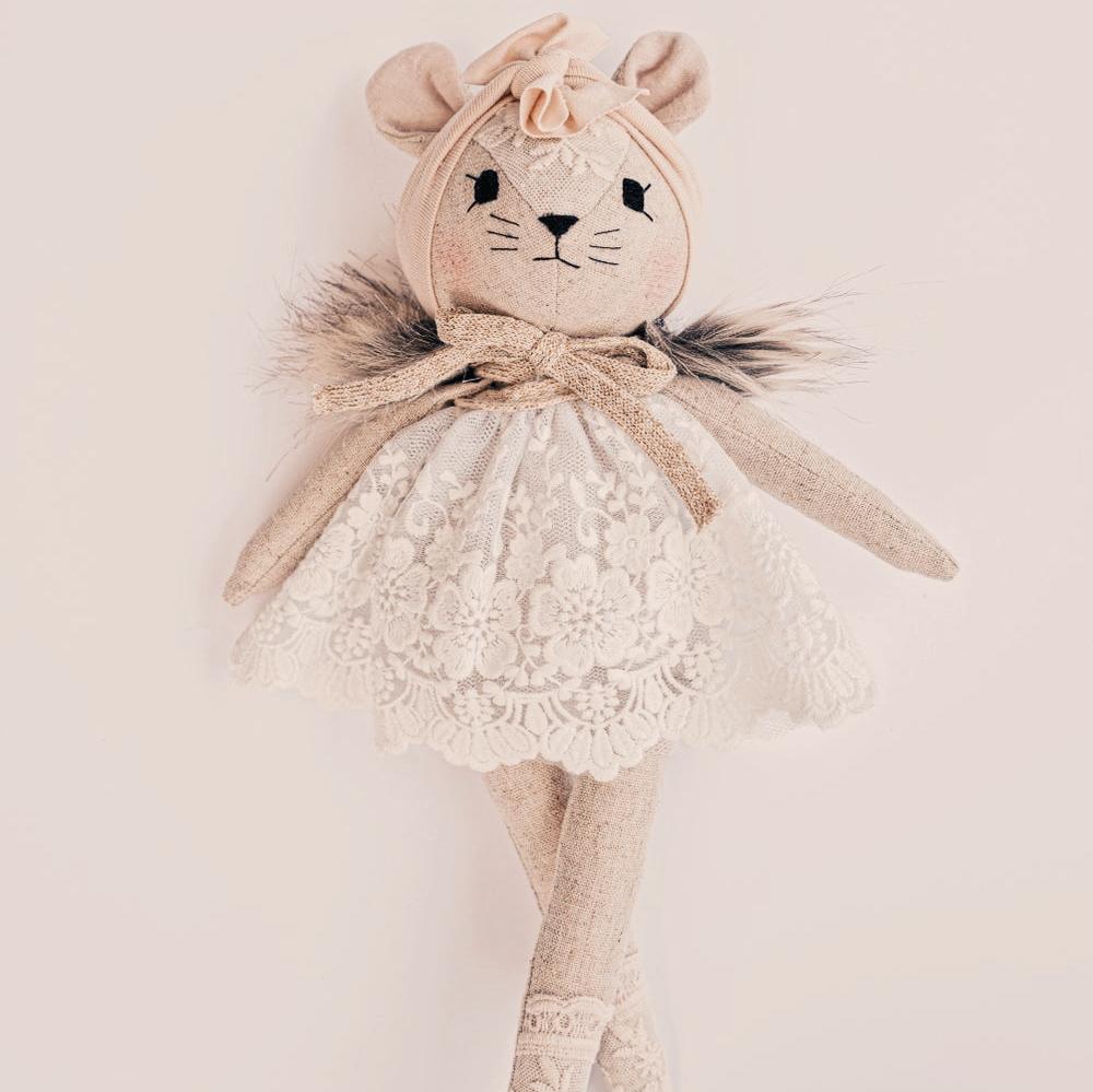 Poupée souris avec robe blanche lacée