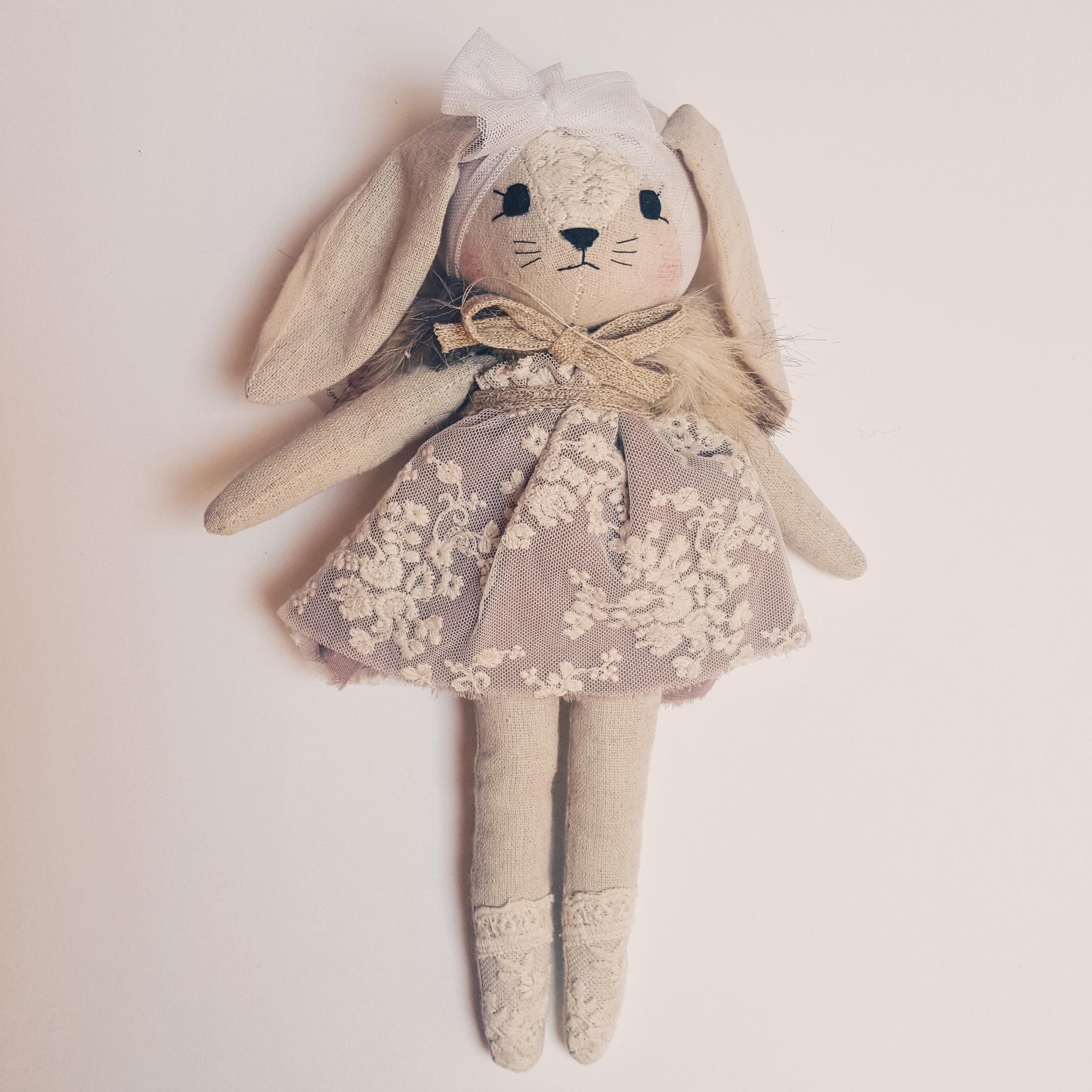 Poupée lapin en robe lavande