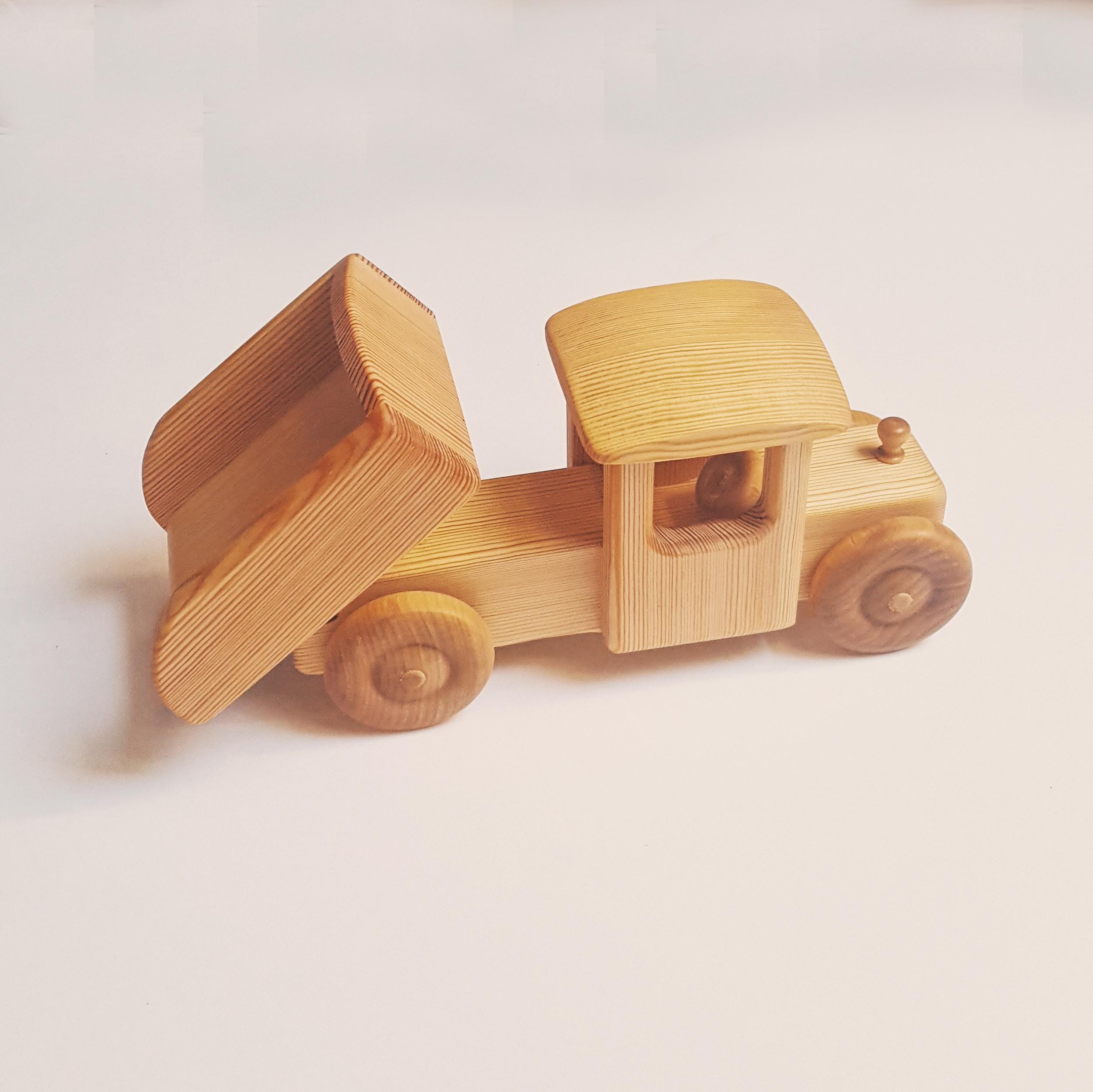 Camion avec benne à bascule en bois