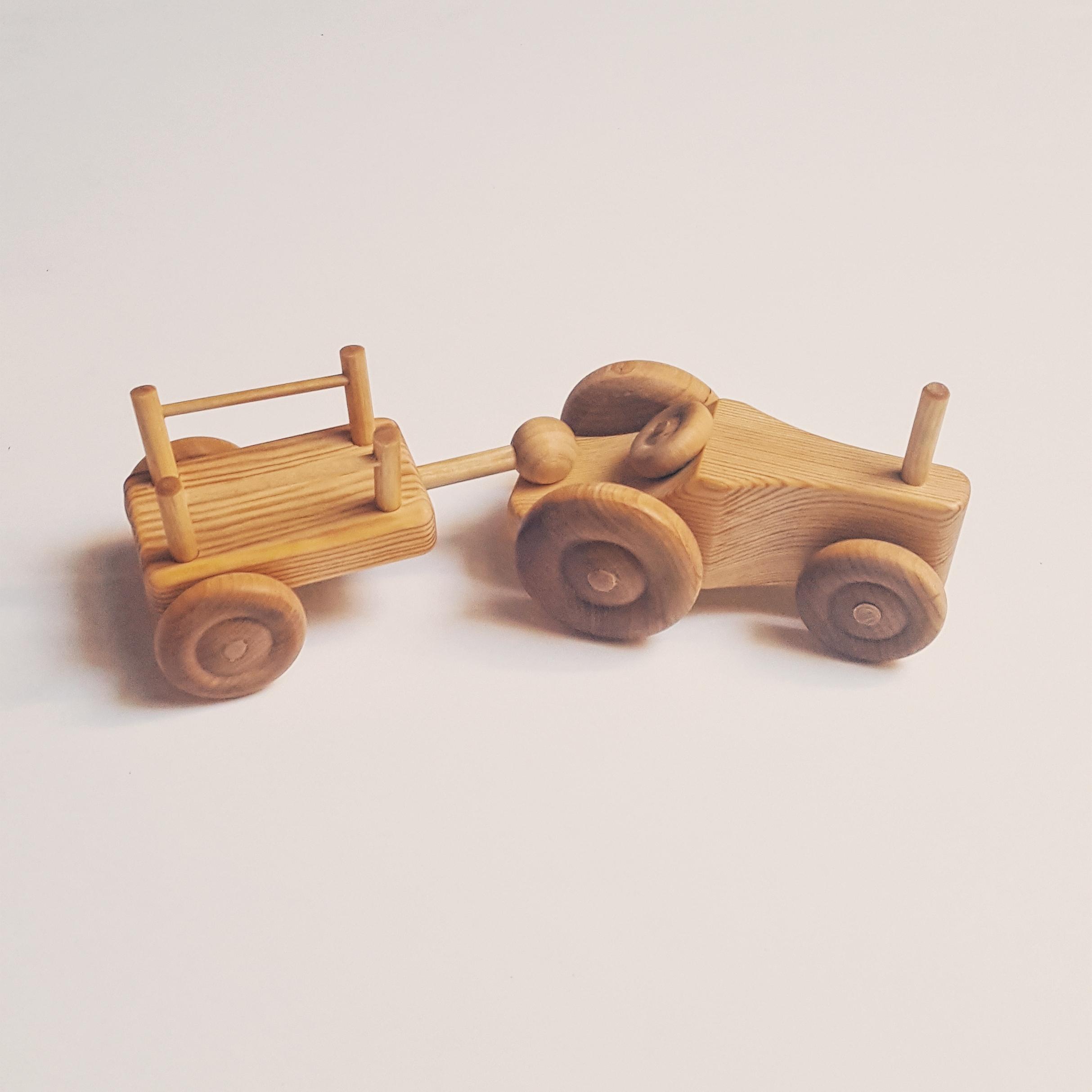 Petit tracteur en bois