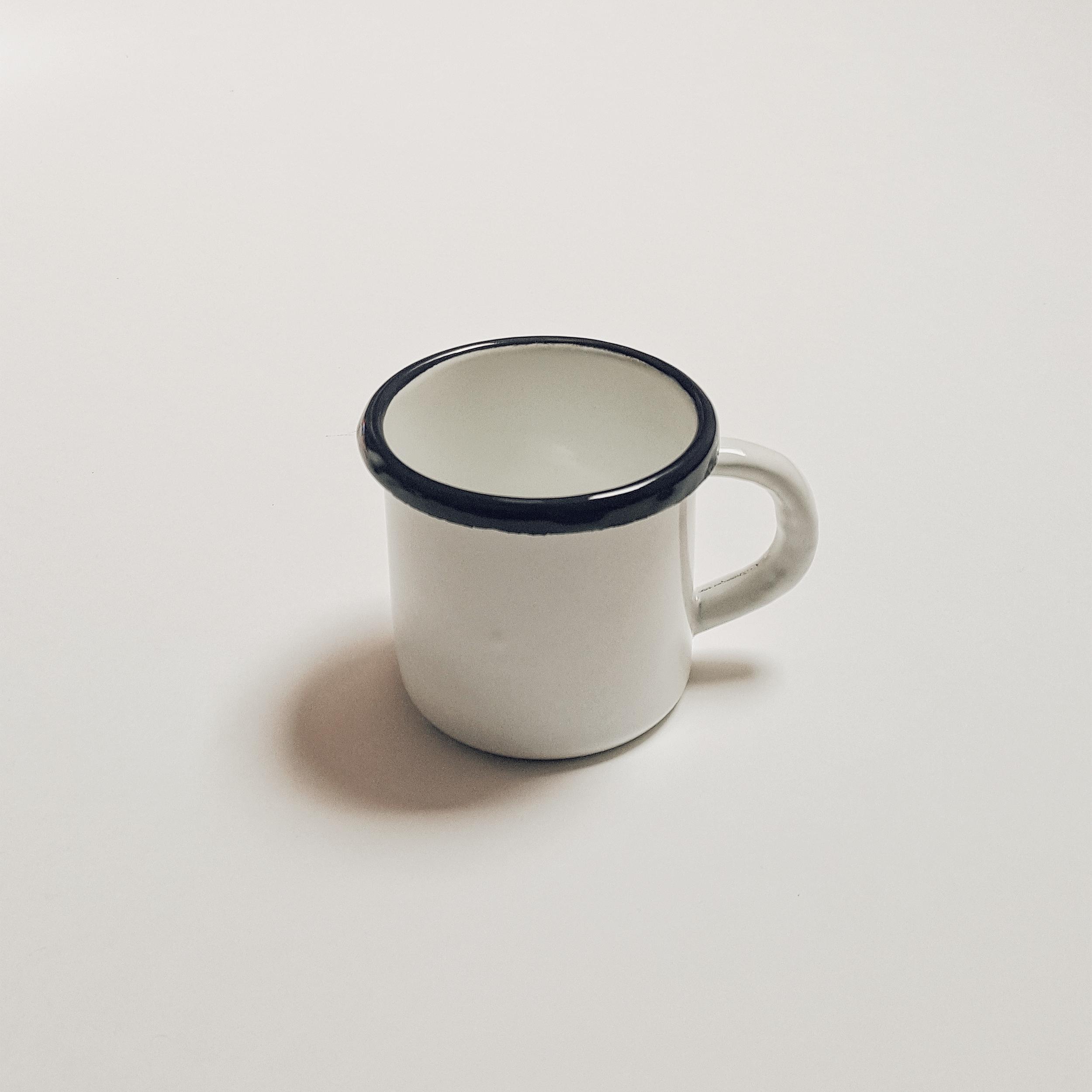 Petite tasse en émail