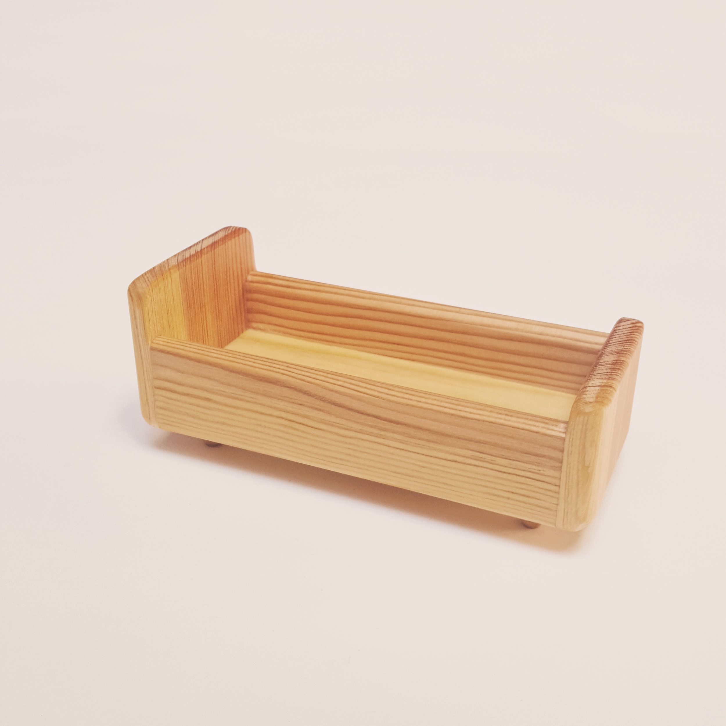 Lit de poupée miniature en bois
