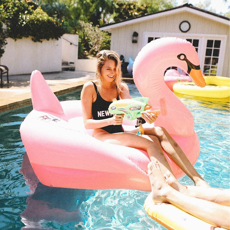 Bouée-gonflable-cygne-rose-ambiance-floaty-kings-monpetitbikini-2017